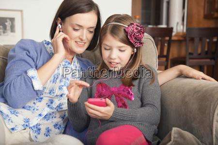 frau daheim zuhause freizeit unterhaltung entertainment
