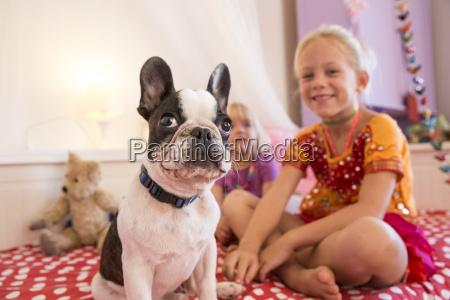 portraet von niedlichen hund und zwei