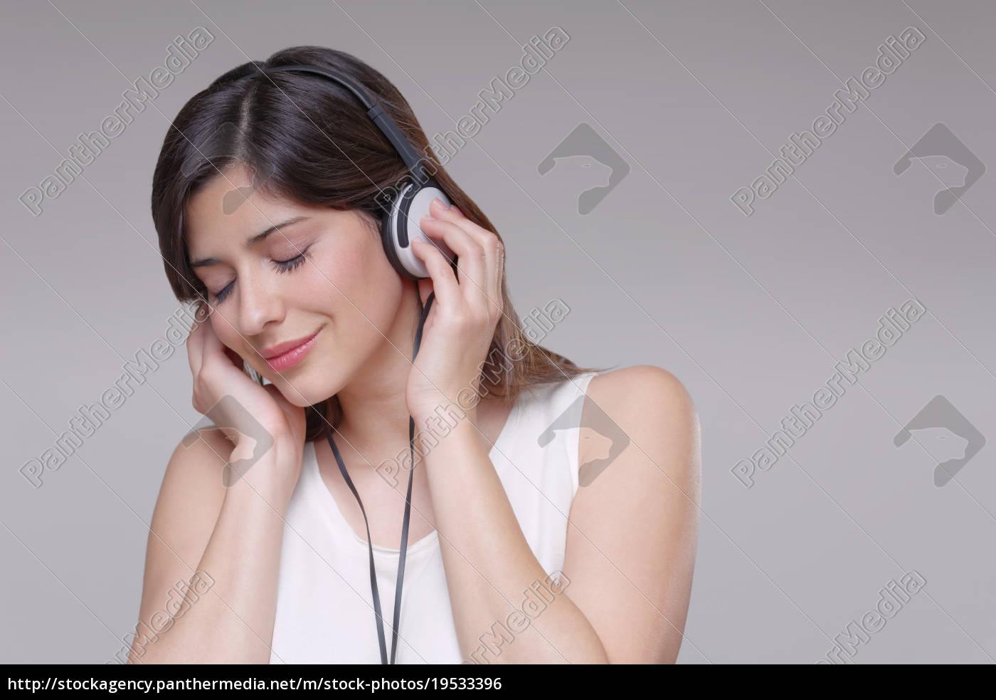 junge, frau, trägt, kopfhörer, hört, musik - 19533396