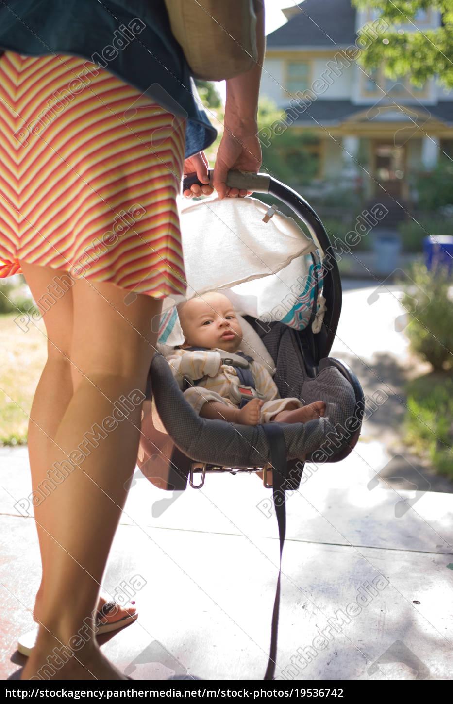 mutter, trägt, neugeborenen, baby, junge, in - 19536742