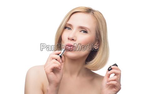 schoene frau mittleren alters die lippenstift