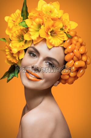 maedchen mit orange tomaten und blumen