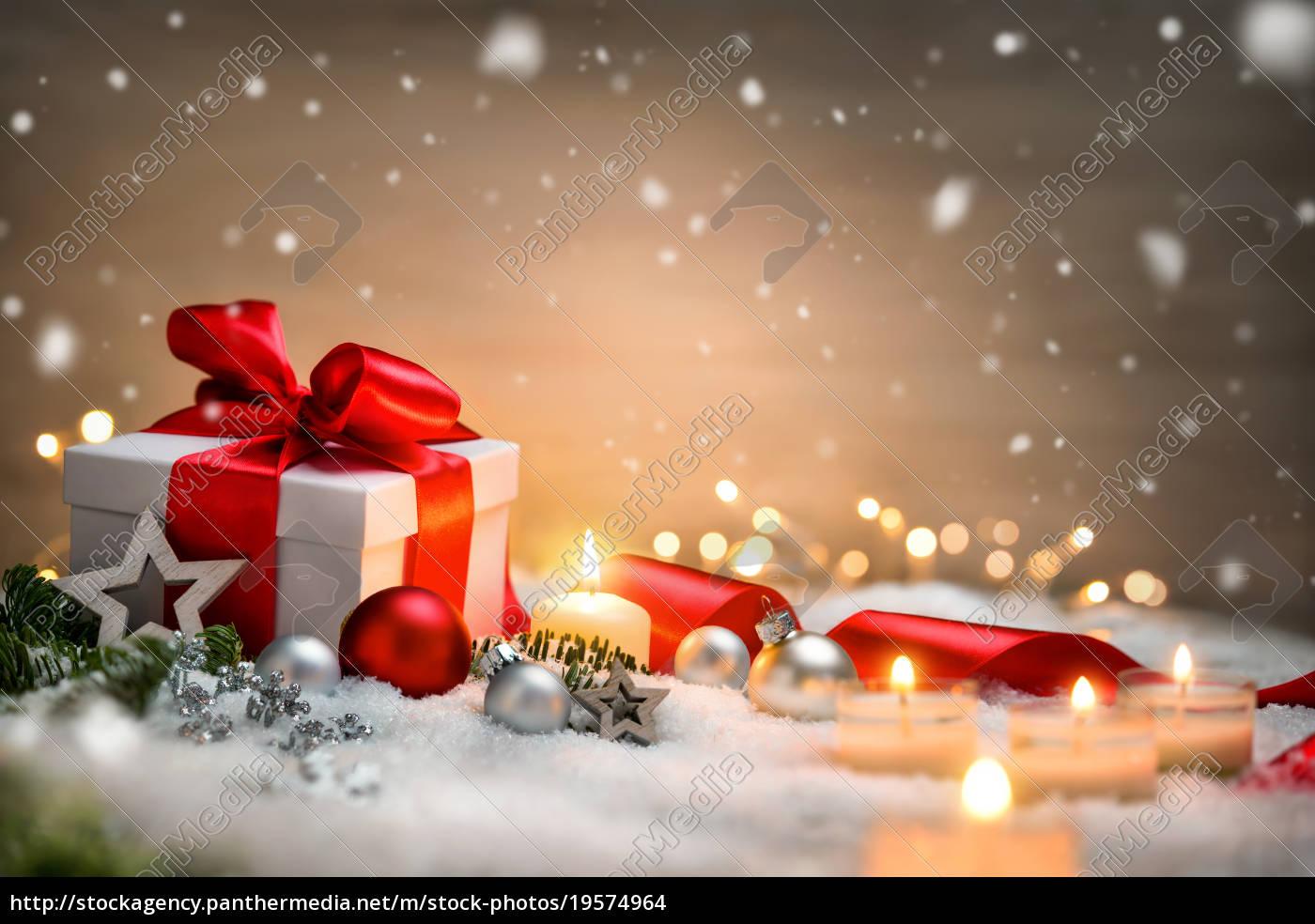 Weihnachten Hintergrund.Lizenzfreies Foto 19574964 Weihnachten Hintergrund Mit Geschenk Und Rotem Band Kerzen