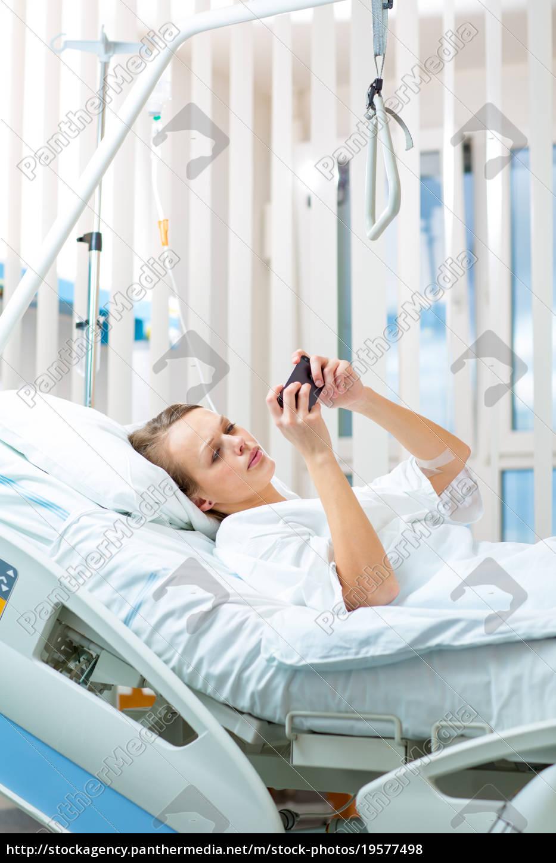 hübsche, junge, weibliche, patienten, in, einem, modernen, krankenhauszimmer. - 19577498