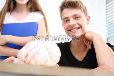 jugendliche auf dem biologieunterricht