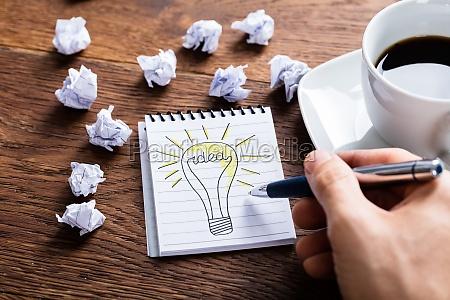 person zeichnung beleuchtung lampe auf notizblock