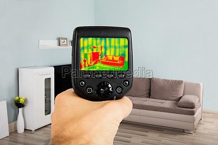 person hand unter verwendung der infrarot