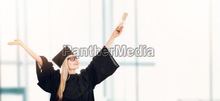 graduierung glueckliche kursteilnehmer im kleid
