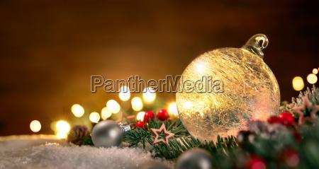 transparente weihnachtskugel und weihnachtsdeko in nahaufnahme