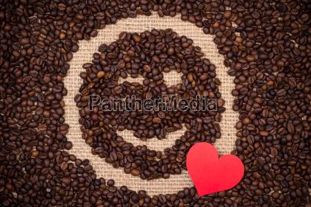 kaffeebohnen mit roten herzen und zwinkert