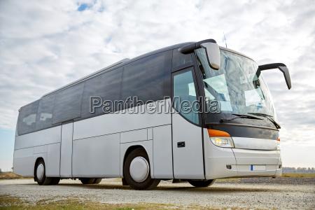 tour bus faehrt im freien