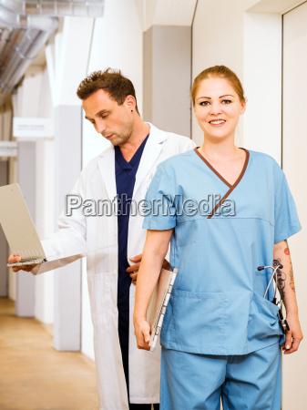 arzt und krankenschwester mit medizinischen diagrammen