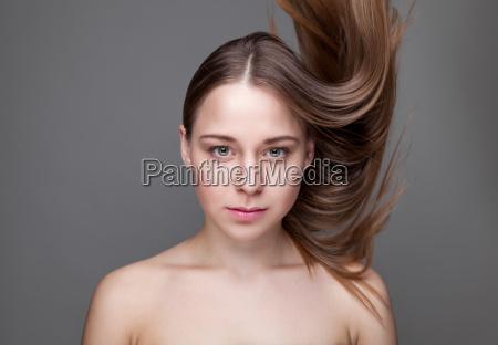 beautifu brunette frau mit langen haaren