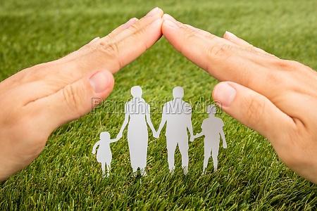 person hand schutz familie papercut