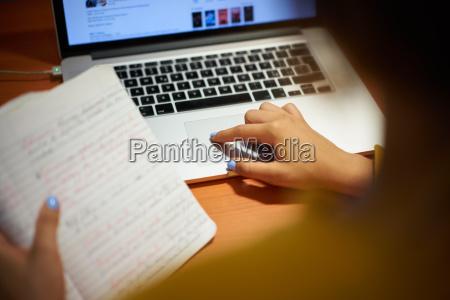 maedchen student doing web suchen auf
