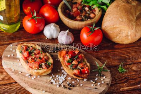 zwei bruschetta mit tomaten und zutaten