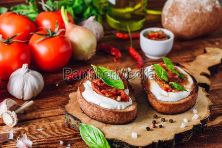 zwei bruschetta mit getrockneten tomaten und