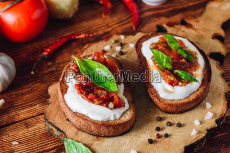 bruschetta mit getrockneten tomaten und wuerziger