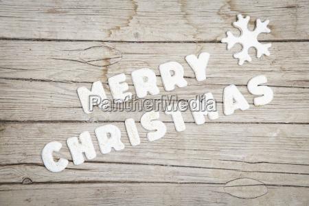 weihnachtlicher grauer holz hintergrund mit merry