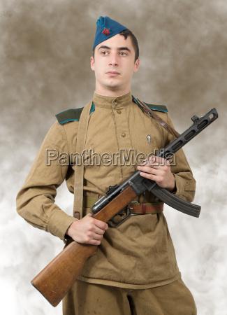 junger sowjetischer soldat mit maschinengewehr ww2