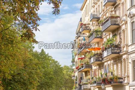 traditionelle europaeische balkon mit bunten blumen