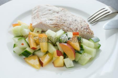 low carb mahlzeit putenschnitzel und obstsalat