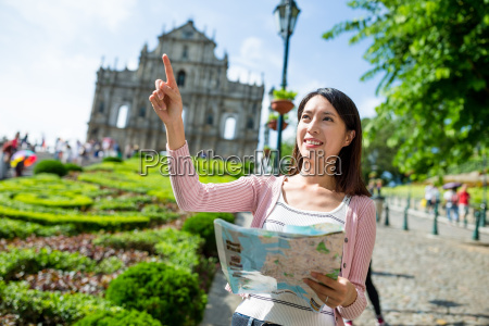 frau mit stadtplan und finger zeigt