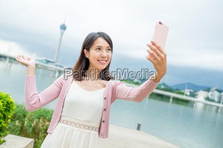 frau die selfie durch handy in