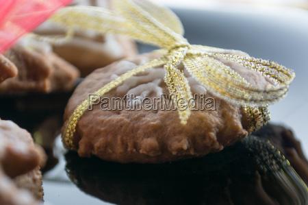 lebkuchen cookies auf schwarzem teller