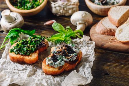 italienisch bruschettas mit pilz und gruenen