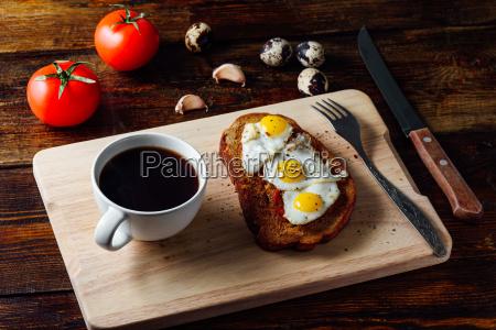 bruschetta mit spiegeleiern und kaffeetasse