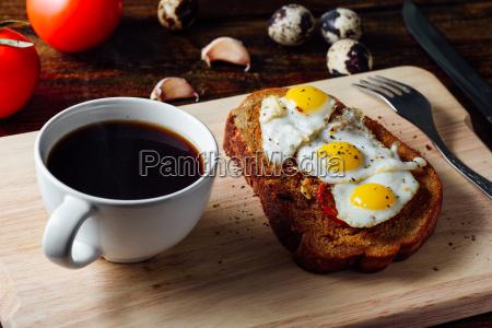 fruehstueck mit tasse kaffee und toast