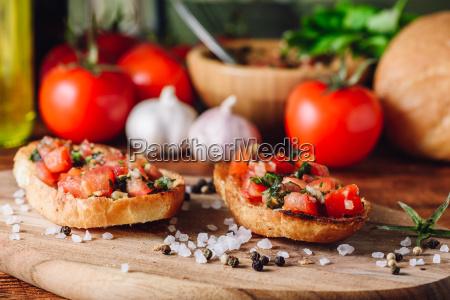 klassische bruschettas mit tomaten