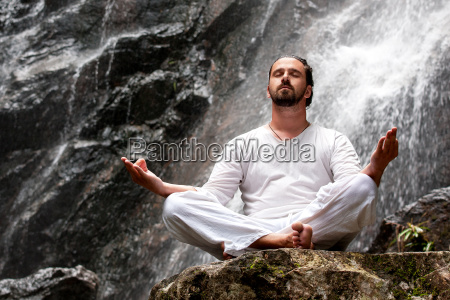 man sitzt in der meditation yoga