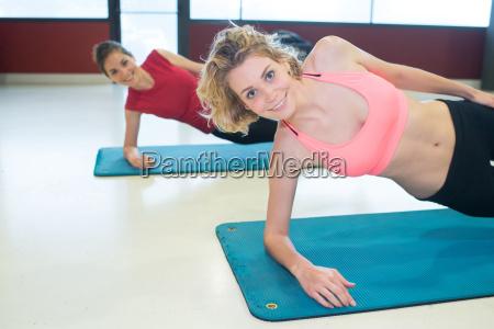 gruppe von weiblichen athleten training auf