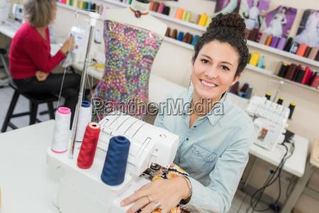 lächelnd, modedesigner, nähmaschine - 19804499