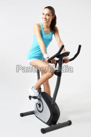 spinning frau auf einem stationaeren fahrrad