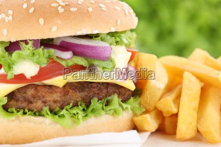 cheeseburger hamburger mit pommes frites closeup