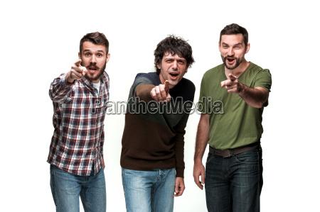 die drei maenner sind laechelnd suchen