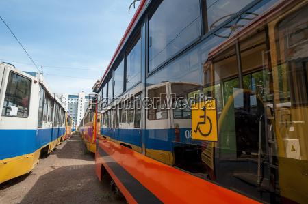 neue rote und blaue strassenbahn ist