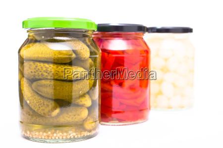 cornichons paprika und perlzwiebeln im glas