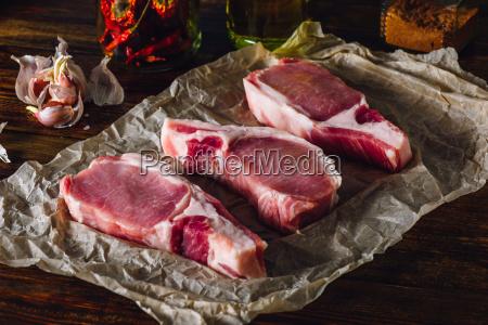 drei schweinelende koteletts auf papier