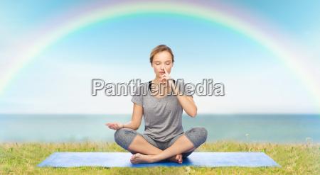 frau macht yoga meditation im lotussitz
