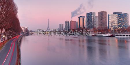 panorama mit eiffelturm bei sonnenuntergang paris
