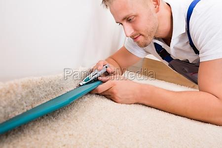 mann ausschnitt teppich mit cutter