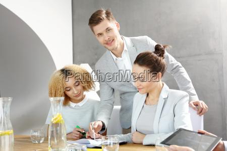 arbeiten im buero unternehmensberater bei der
