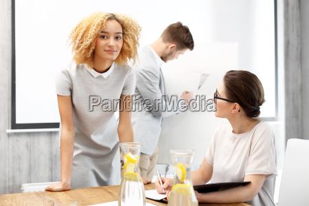 business presentation junge arbeitnehmer bereitet waehrend