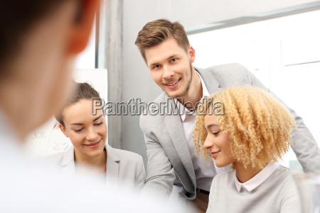 buero teamarbeit gemeinschaftsarbeit geschaeftsleute betrieb firma