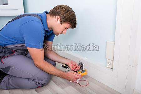 elektriker ueberpruefung der steckdosenspannung