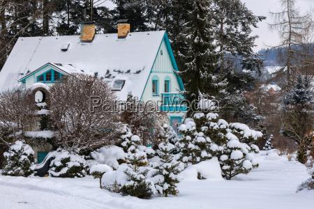 schoenes haus im wintergarten mit schnee
